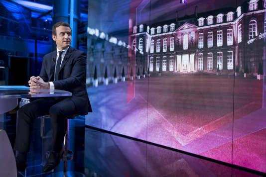 Emmanuel Macron participe à l'émission Elysée 2017 sur TF1, à Boulogne, jeudi 27 avril