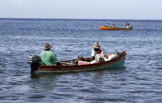 Des pêcheurs au large de Saint-Pierre, en Martinique.