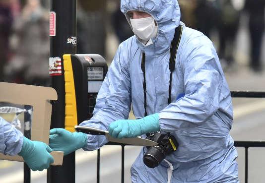 La police scientifique inspecte les lieux de l'arrestation d'un homme suspecté de vouloir commettre une attaque à l'arme blanche, le 27 avril à Londres.
