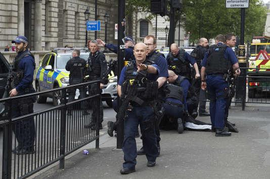 Un homme suspecté d'avoir voulu commettre une attaque a été arrêté à Whitehall, à proximité du Parlement britannique à Londres.