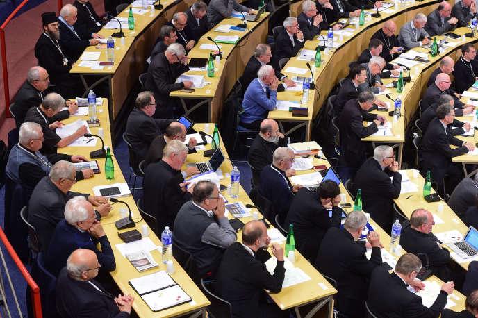 Les évêques français se réunissent lors de l'assemblée plénière de la Conférence épiscopale de France (Conférence des eveques de France, CEF) à l'auditorium du sanctuaire de Lourdes à Lourdes, dans le sud de la France, le 4 novembre 2014.