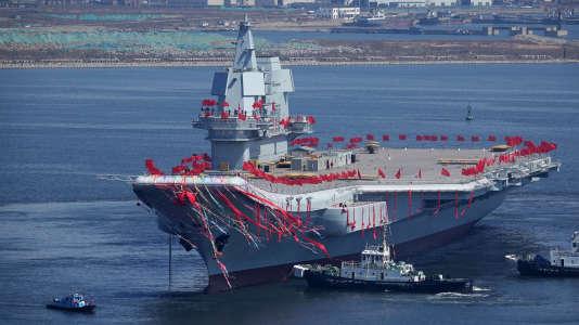 Pékin a mis à l'eau, mercredi 26 avril à Dalian (province du Liaoning), son deuxième porte-avions, le premier construit par les chantiers navals chinois.