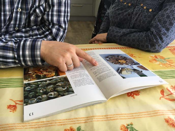 Asan va régulièrement chez Laurence, une voisine qui l'aide à améliorer son français. En échange, il donne des cours d'anglais à ses enfants.