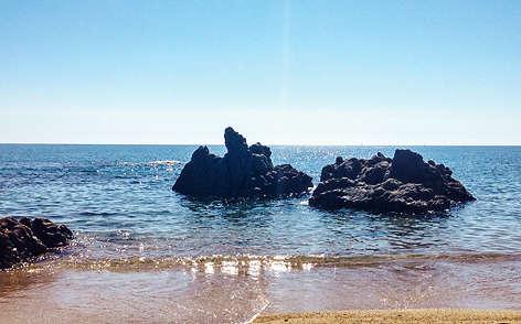 «Ma mère est originaire de Ghisoni, un village de montagne en Corse, et depuis l'enfance, je passe mes étés sur l'île. Nous nous retrouvons dans notre maison – une bergerie que j'ai dessinée lorsque j'étais étudiant –, à Solenzara, un petit port. Cette image a été prise sur la plage, en bas de chez nous. »