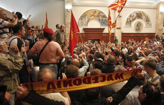 Des sympathisants du parti de droite de l'ex-premier ministre Nikola Gruevski sont entrés dans l'enceinte du Parlement de Macédoine, le 27 avril à Skopje.