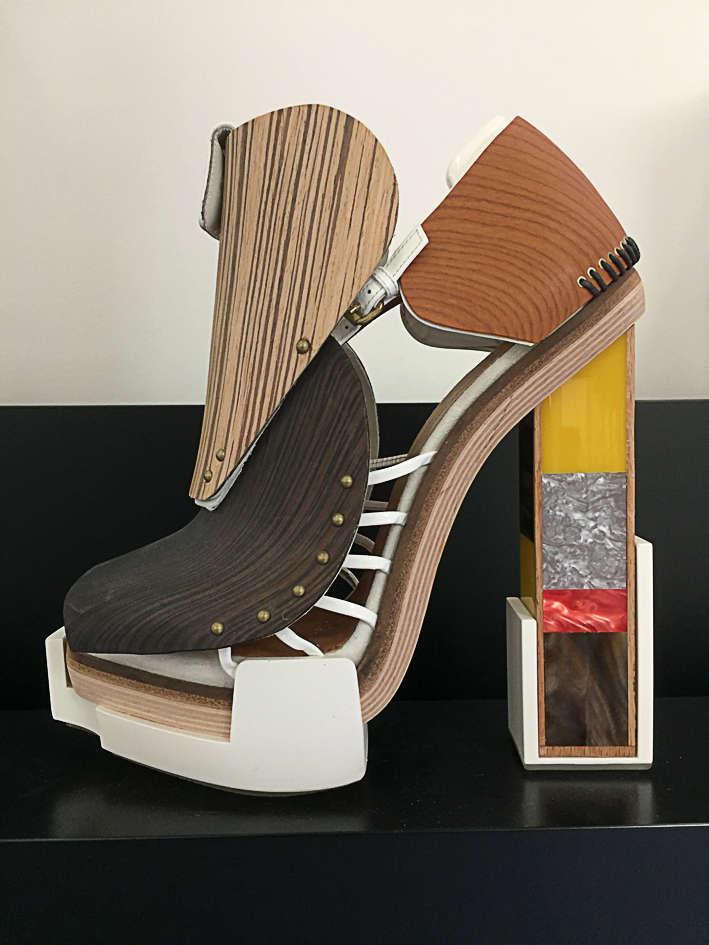 «De 2000 à 2012, lorsque Nicolas Ghesquière était directeur artistique de Balenciaga, je concevais les chaussures. Ce modèle en Plexiglas, bois et Formica est emblématique de notre envie commune d'expérimenter. J'aime intégrer d'autres univers, comme aujourd'hui celui de la marque japonaise Sacai.»