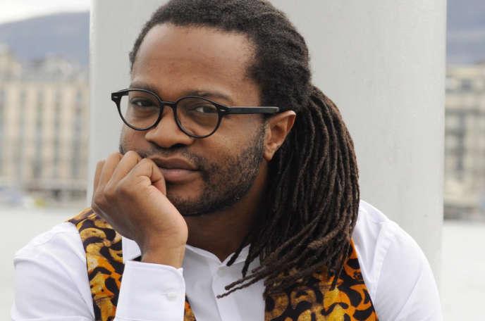 L'écrivain camerounais Max Lobe, devant la rade de Genève.