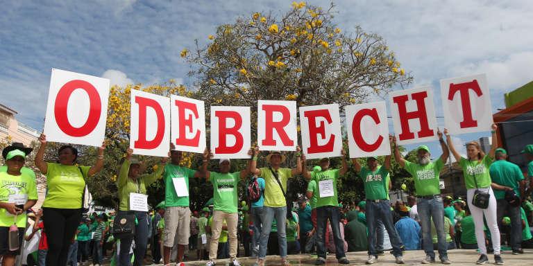A San Francisco de Macoris, en République dominicaine, le 23 avril 2017, manifestation contre la corruption organisée par l'entreprise brésilienne Odebrecht, qui avait monté un système de pots-de-vin international en Amérique latine et en Afrique.