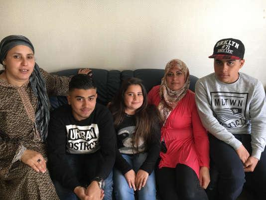 Houria Barhoumi (à gauche), bénévole engagée dans plusieurs associations de la ville, a aidé Raghda Moselli, ici avec ses enfants : Ahmad (17 ans), Mohamad (14 ans) et Aya (11 ans).