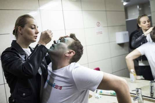 La femme d'Alexeï Navalny soigne l'opposant russe, agressé par un inconnu le 27 avril 2017.