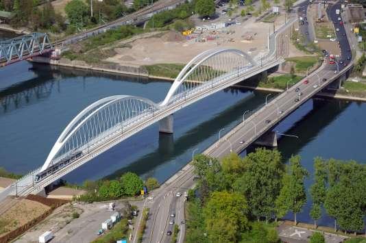 Photo aérienne prise de Strasbourg du pont (construit par Bouygues) emprunté par le tramway reliant dorénavant la ville française à sa voisine allemande Kehl.