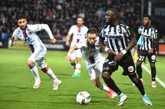 L'attaquant lyonnais Mathieu Valbuena (au centre) lors du match de l'OL contre Angers, le 28avril au stade Raymond-Kopa.