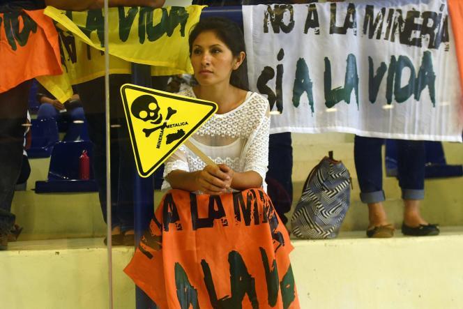Manifestation pour l'interdiction des mines de métaux devant l'Assemblée nationale àSan Salvador, le 29 mars.