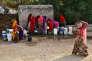 Des femmes remplissent des pichets et des seaux avec de l'eau potable lors d'une chaude journée d'été dans le village de Makreda, à la périphérie d'Ajmer, dans le Rajasthan, en Inde, le 28 avril 2017.