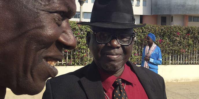 Abdourahmane Gueye (à gauche) et Souleymane Guengueng, deux survivants du régime de Hissène Habré, le 27avril 2017, devant le palais de justice de Dakar, après la confirmation de la condamnation de l'ex-dictateur à la prison à perpétuité.