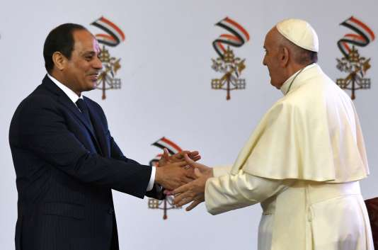 Le pape François est accueilli par le président égyptien Abdel Fattah Al-Sissi au Caire, le 28 avril.