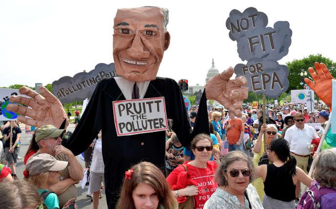 Une manifestation contre Scott Pruitt, le patron de l'Agence de protection de l'environnement américaine (EPA), le 29 avril à Washington.