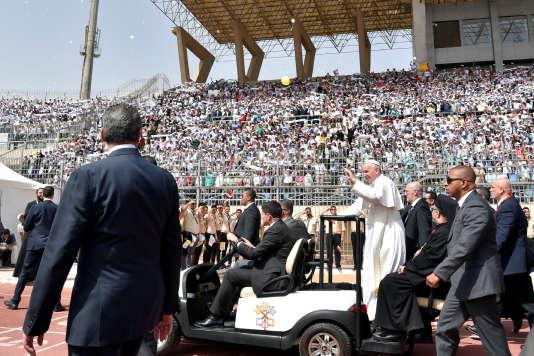 Le pape François avant de célébrer une messe au Caire, en Egypte, le 29 avril.