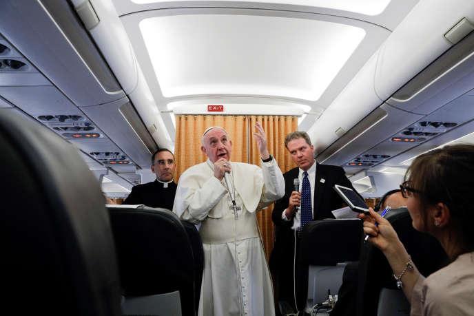 Le pape François lors de la conférence de presse qu'il a donné dans l'avion qui le ramenait d'Egypte, le 29 avril.