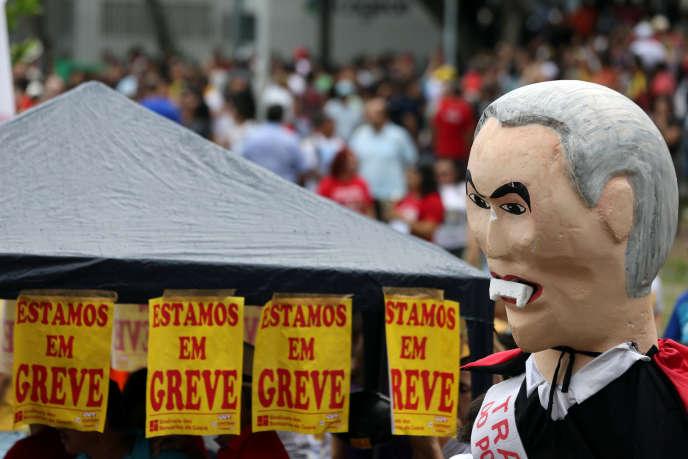 Une effigie du président, Michel Temer, le montre avec des dents de vampire lors d'une manifestation à Forteleza, le 28 avril.