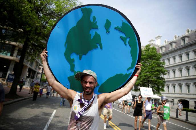 Un manifestant lors de la Marche du climat des peuples, près de la Maison Blanche, à Washington, le 29avril 2017.