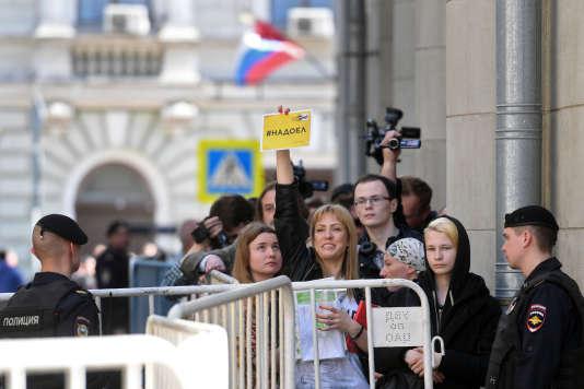 Un coordinateur d'Open Russia et d'autres opposants sont rassemblés devant le bâtiment de la présidence pour déposer des lettres appelant M.Poutine à ne pas briguer un 4e mandat, Moscou, le 29avril.