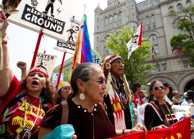 Des manifestants sur l'avenue de Pennsylvanie, durant la marche pour le climat, le 29 avril, à Washington.