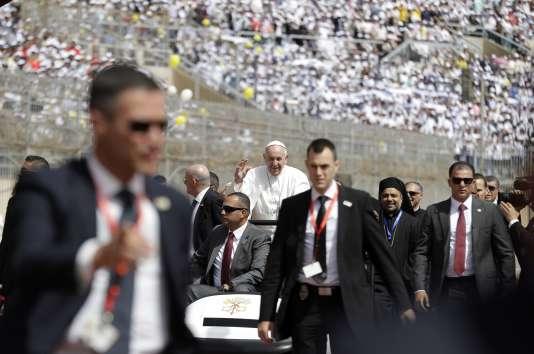 Le pape entouré d'agents de sécurité, le 29 avril au Caire.