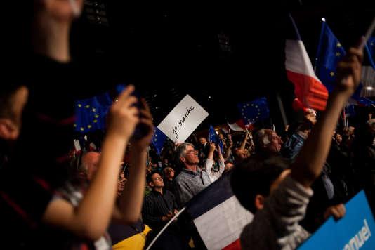 Ambiance avant le meeting d'Emmanuel Macron, le 28 avril à Châtellerault.