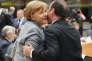 """«L'Allemagne, à son corps défendant, est omniprésente dans la campagne électorale française. Ainsi, cet obscur objet du désir allemand que représenterait une victoire d'Emmanuel Macron au second tour de l'élection présidentielle n'en finit pas de susciter les attaques du FN, qui dénonce """"le candidat de Merkel"""" ». (Photo : accolade entre la chancelière allemande Angela Merkel et le président français François Hollande lors du sommet européen à Bruxelles, le 29 avril)."""