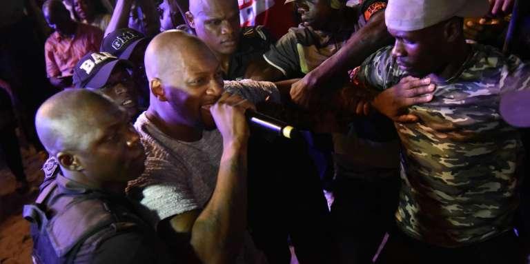 Le chanteur français Singuila, accompagné dans la foule par des membres de la sécurité lors du Festival des musiques urbaines d'Anoumabo (Femua), le 28avril 2017, à Abidjan.