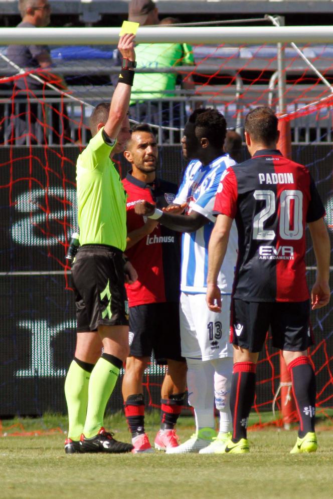 L'arbitre Daniele Minelli inflige un carton jaune à Sulley Muntari, victime de cris racistes sur le terrain de Cagliari, en Sardaigne, le 30 avril.