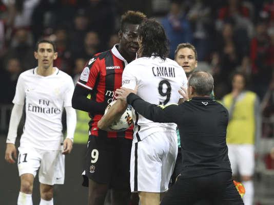 L'attaquant niçois Mario Balotelli (à gauche) et son homologue du PSG Edinson Cavani lors du match entre OGCN et le Paris SG, le 30 avril à l'Allianz Riviera.