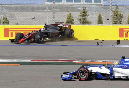 Au 3e virage du premier tour, la Haas de Romain Grosjean file dans le mur. Marcus Ericsson (Sauber) l'évite.