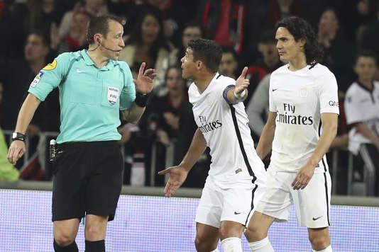 Le capitaine du PSG Thiago Silva s'en prend à l'arbitre, dimanche 30 avril, lors de la défaite (3-1) à Nice.