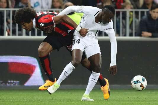 Dans l'enfer niçois, Dante (à gauche) et ses coéquipiers contrôlent le PSG de Blaise Matuidi.