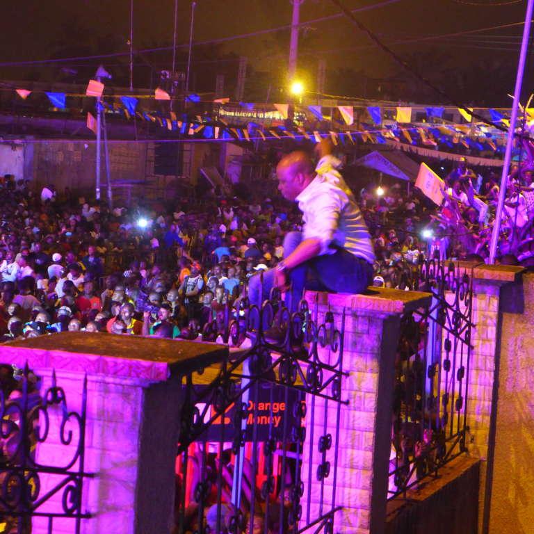 A'salfo, leader des Magic System, tente de calmer la foule lors du Femua, du 25 au 30avril 2017, à Abidjan.