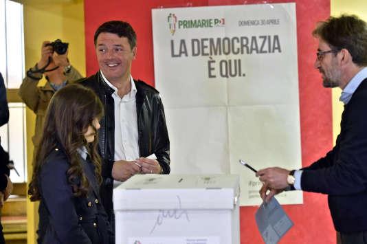 L'ancien premier ministre italien Matteo Renzi vote aux primaires du Parti démocrate, à Florence, le 30 avril 2017.