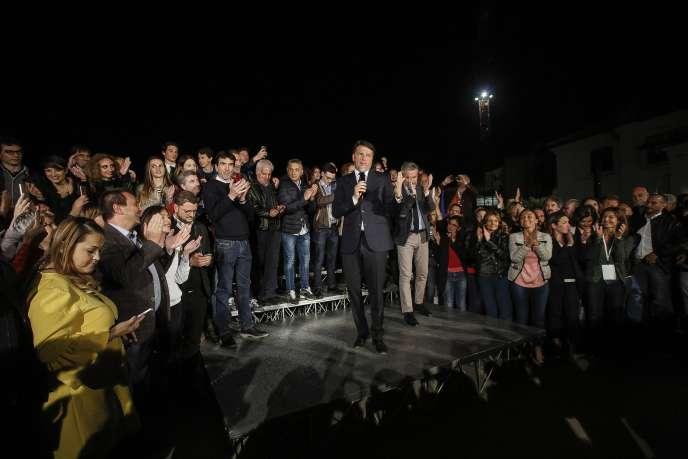 L'ancien président du conseil italien, Matteo Renzi, après sa victoire à la primaire du Parti démocrate à Rome, le 30avril.