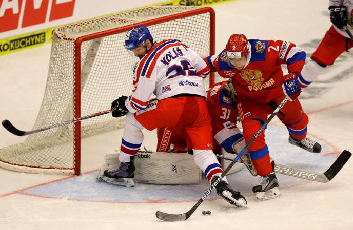 Le Tchèque Jan Kolar aux prises avec le gardien russe Ilia Sorokine et son défenseur Artyom Zub, le 30 avril, lors d'un match de préparation, à Ceske Budejovice (République tchèque).
