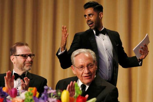 L'humoriste Hasan Minhaj, avec au premier plan l'ancien journaliste du «Washington Post» Bob Woodward (droite) et Steve Adler de Reuters (gauche), le 29 avril.