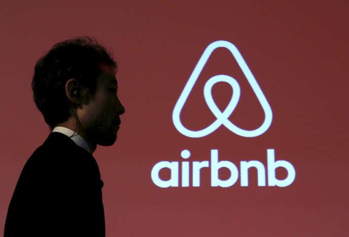 Le logo de la plate-forme Airbnb lors d'une conférence de presse à Tokyo, au Japon, le 26 novembre 2015.