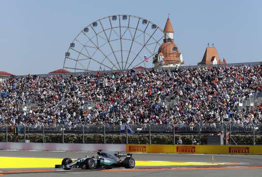 Lewis Hamilton (Mercedes) passe devant les tribunes bondées, dans un pays, la Russie, où la formule 1 est très populaire.