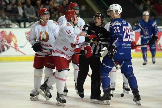 Antoine Roussel a des mots avec des joueurs biélorusses, à Bordeaux, le 30 avril.