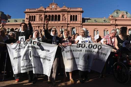 Les Mères de la place de Mai ont célébré à Buenos Aires, le 30 avril, le quarantième anniversaire de leur premier rassemblement.