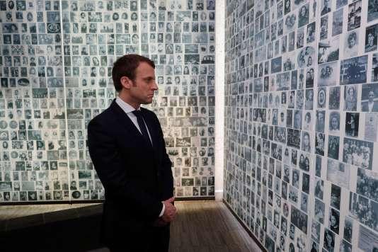 M. Macron s'est arrêté devant le mur sur lequel sont inscrits le nom des 76 000 déportés juifs de France, parmi lesquels 11 000 enfants.