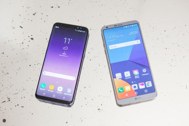 A gauche, le Samsung GalaxyS8, à droite, le LGG6.