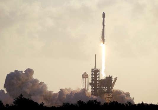 La société aérospatiale américaine SpaceX a lancé, lundi 1er mai, un jour plus tard que prévu, son premier « cargo secret défense » pour le compte du gouvernement américain