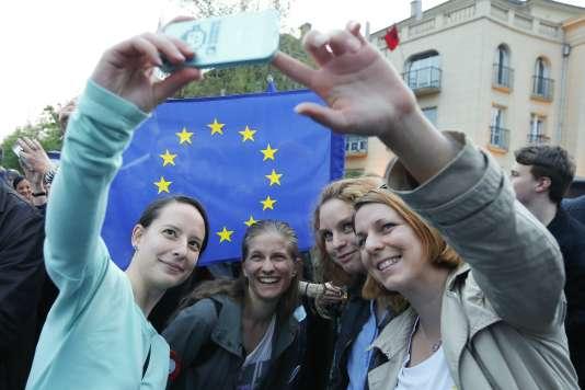 Manifestation pro-européenne dans les rues de Budapest, lundi 1ermai.
