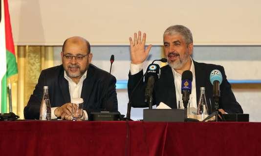 Khaled Mechaal (à droite) et Musa Abu Marzouk, à Doha, le lundi 1er mai.